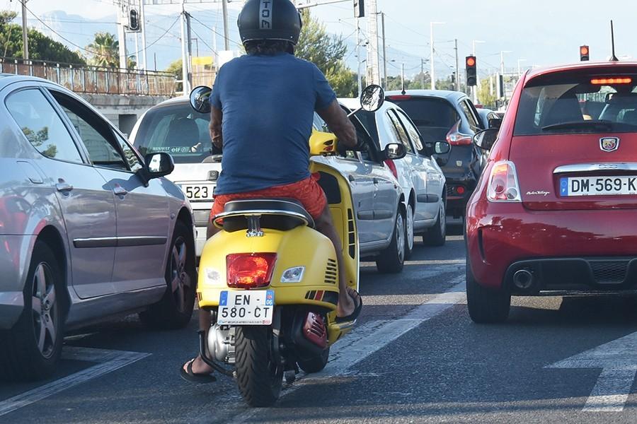 Za kierownicą w klapkach lub boso – to niebezpieczne!
